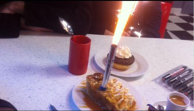 un feu d'artifice dans une tarte aux pommes après votre croquis
