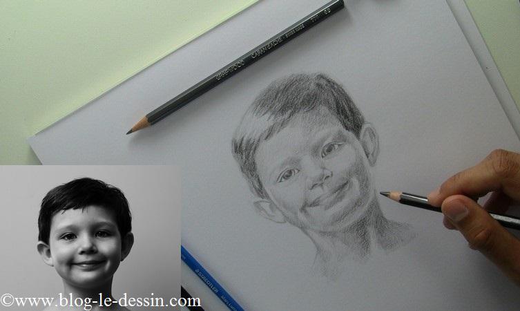 J'assombris le reste du portrait progressivement avec le même crayon.