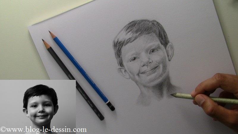J'applique le crayon sur le portrait en commençant par le cou et en travaillant avec la tranche du cône.