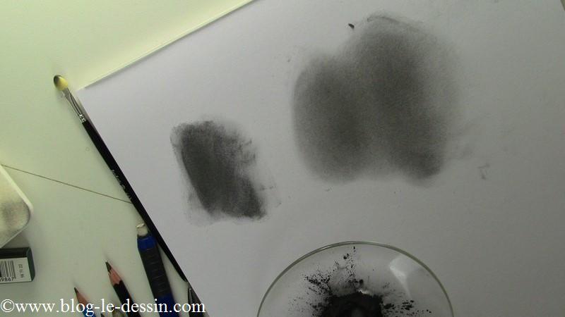 Voici les deux teintes que vous obtenez (l'une avec le doigt l'autre avec un chiffon). Je vous recommande d'appliquer la poudre avec le chiffon pour un portrait, le rendu est plus homogène et agréable à travailler.