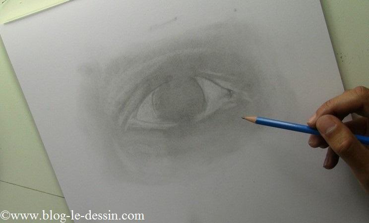 Je précise les contours de paupières avec mon crayon 2B
