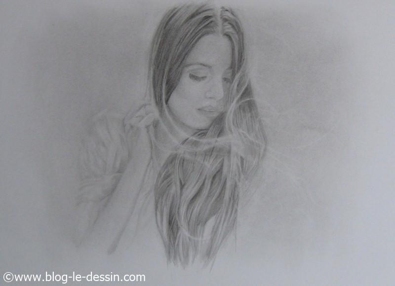 Le portrait d'une fille dont les cheveux sont soulevés par la brise