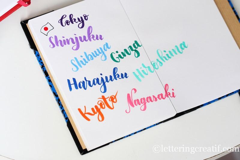 Une page des destinations de voyage écrite en belles lettering !